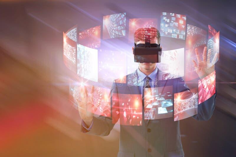 Imagen compuesta del hombre de negocios usando las auriculares de la realidad virtual fotografía de archivo libre de regalías