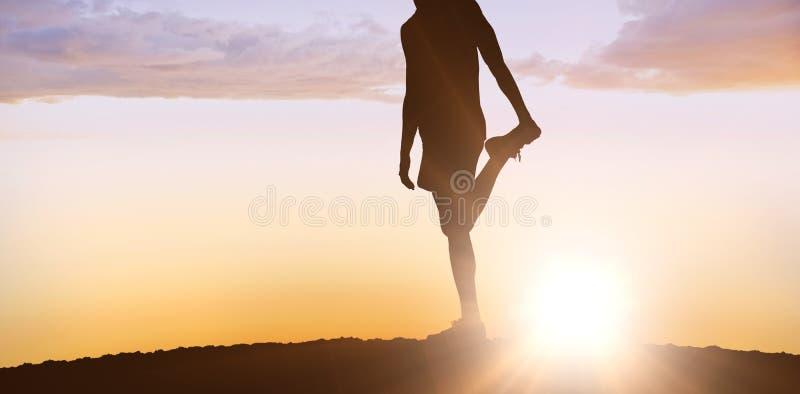 Imagen compuesta del hombre deportivo que estira su pierna fotografía de archivo