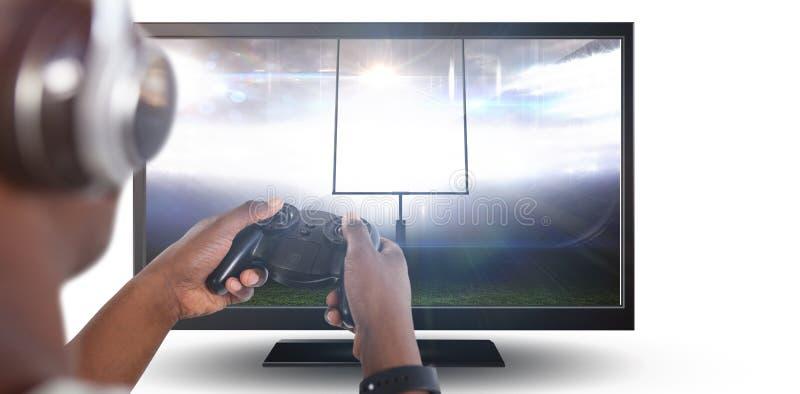 Imagen compuesta del hombre que juega al videojuego contra el fondo blanco foto de archivo