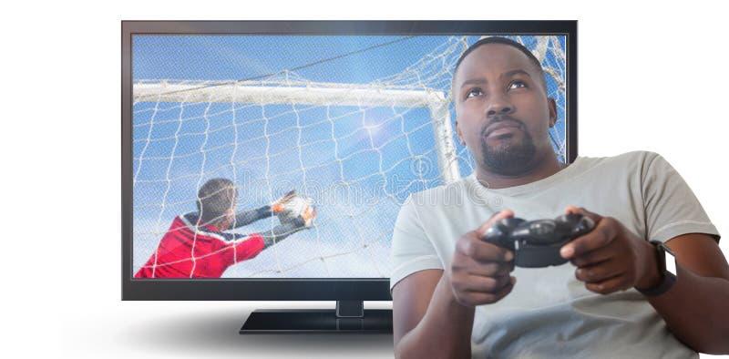 Imagen compuesta del hombre que juega al videojuego contra el fondo blanco imagenes de archivo