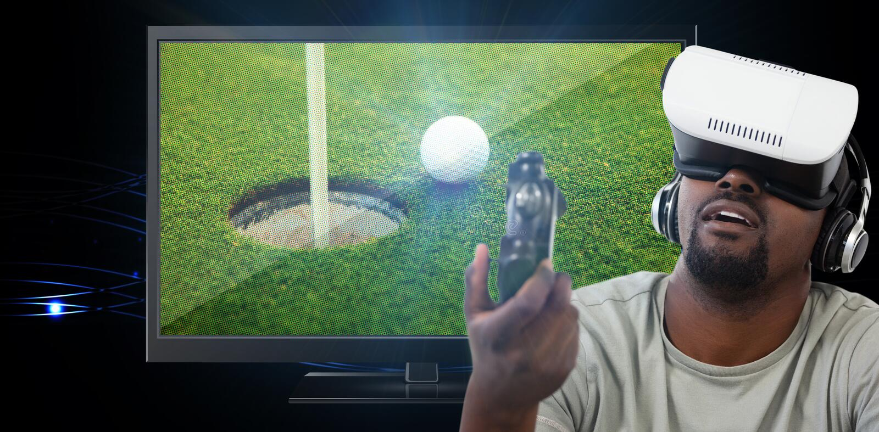 Imagen compuesta del hombre que usa las auriculares de la realidad virtual y jugando al videojuego foto de archivo libre de regalías