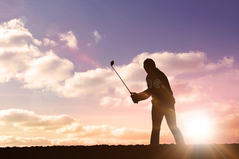 Imagen compuesta del jugador de golf que toma un tiro libre illustration