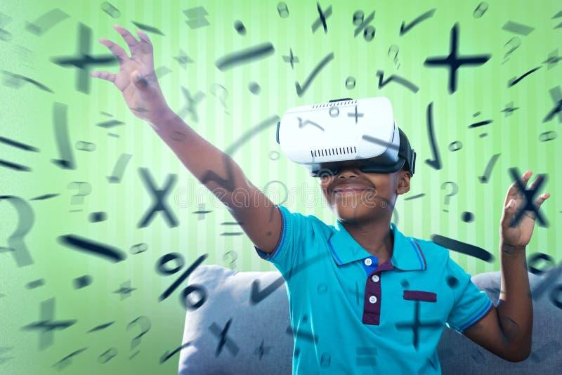 Imagen compuesta del muchacho sonriente que usa el simulador de la realidad virtual imagen de archivo libre de regalías