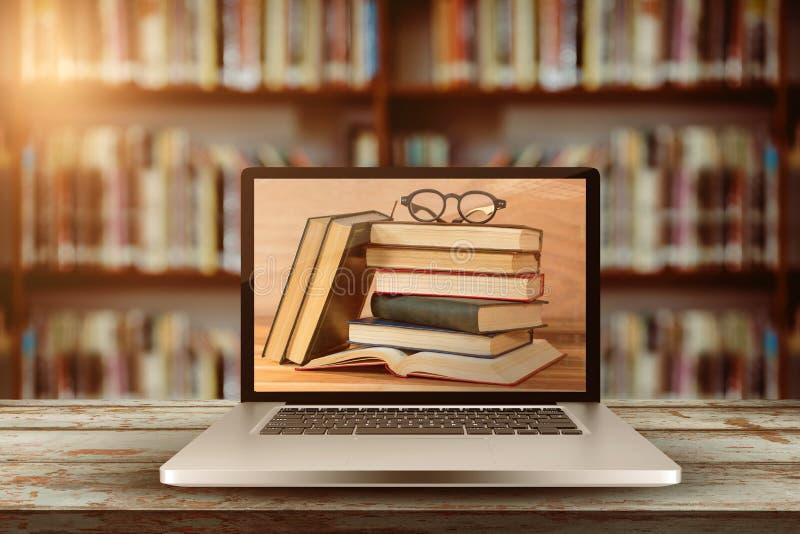 Imagen compuesta del ordenador portátil con con la pantalla libre illustration
