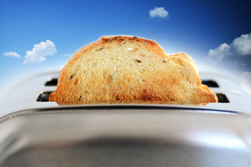 Imagen compuesta del pan asado en la tostadora de plata contra el cielo azul fotografía de archivo