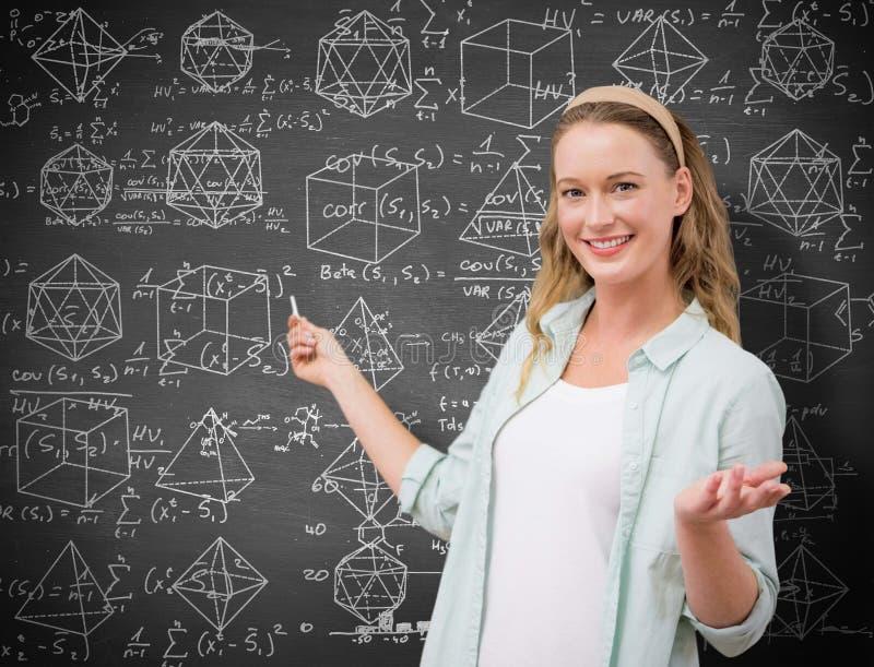 Imagen compuesta del profesor que explica matemáticas en pizarra imagen de archivo