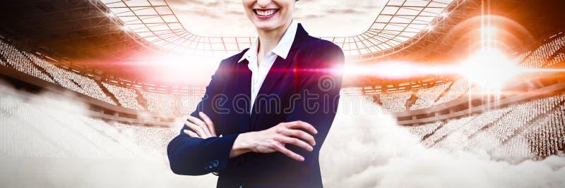 Imagen compuesta del retrato de la empresaria joven que se coloca con los brazos cruzados fotos de archivo