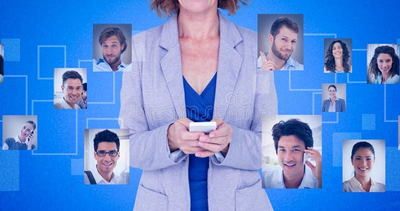 Imagen compuesta del retrato de la empresaria sonriente que usa el teléfono móvil imagen de archivo