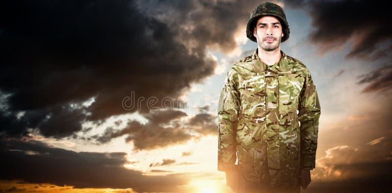 Imagen compuesta del retrato de la situación militar confiada del soldado imagen de archivo