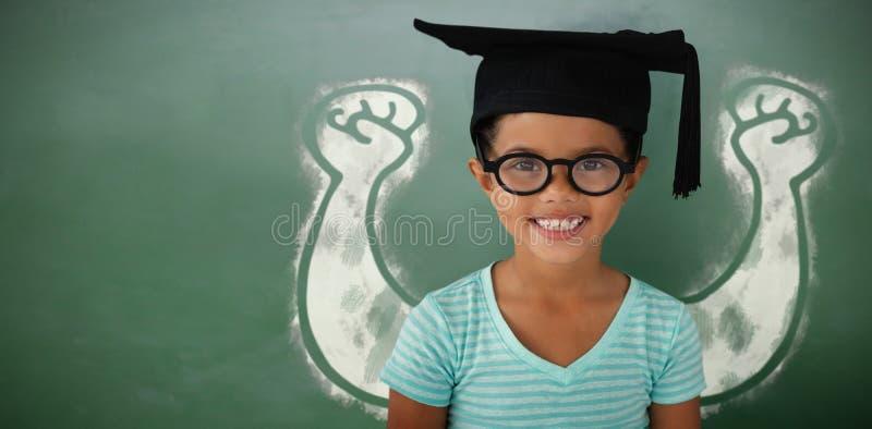 Imagen compuesta del retrato de las lentes que llevan y del birrete de la muchacha alegre fotos de archivo