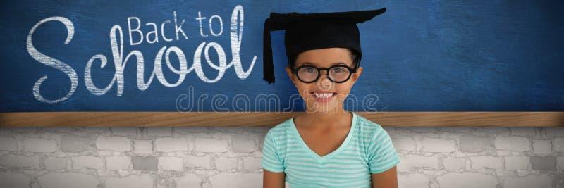 Imagen compuesta del retrato de las lentes que llevan y del birrete de la muchacha alegre imágenes de archivo libres de regalías