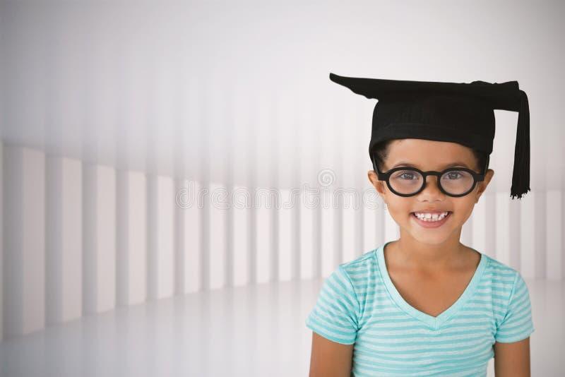 Imagen compuesta del retrato de las lentes que llevan y del birrete de la muchacha alegre imagen de archivo