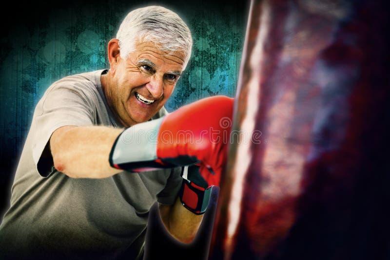 Imagen compuesta del retrato de un boxeador mayor resuelto fotografía de archivo