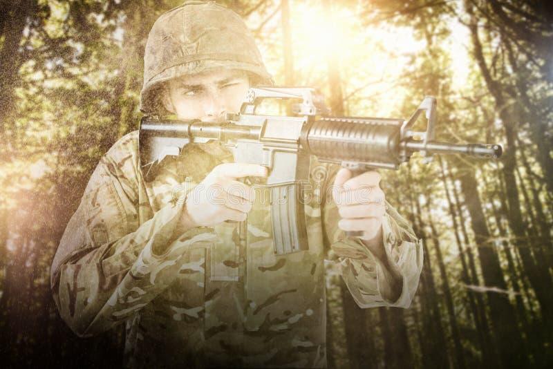 Imagen compuesta del soldado que apunta con el rifle fotos de archivo