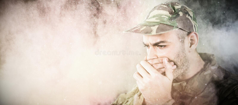 Imagen compuesta del soldado que cubre su boca foto de archivo