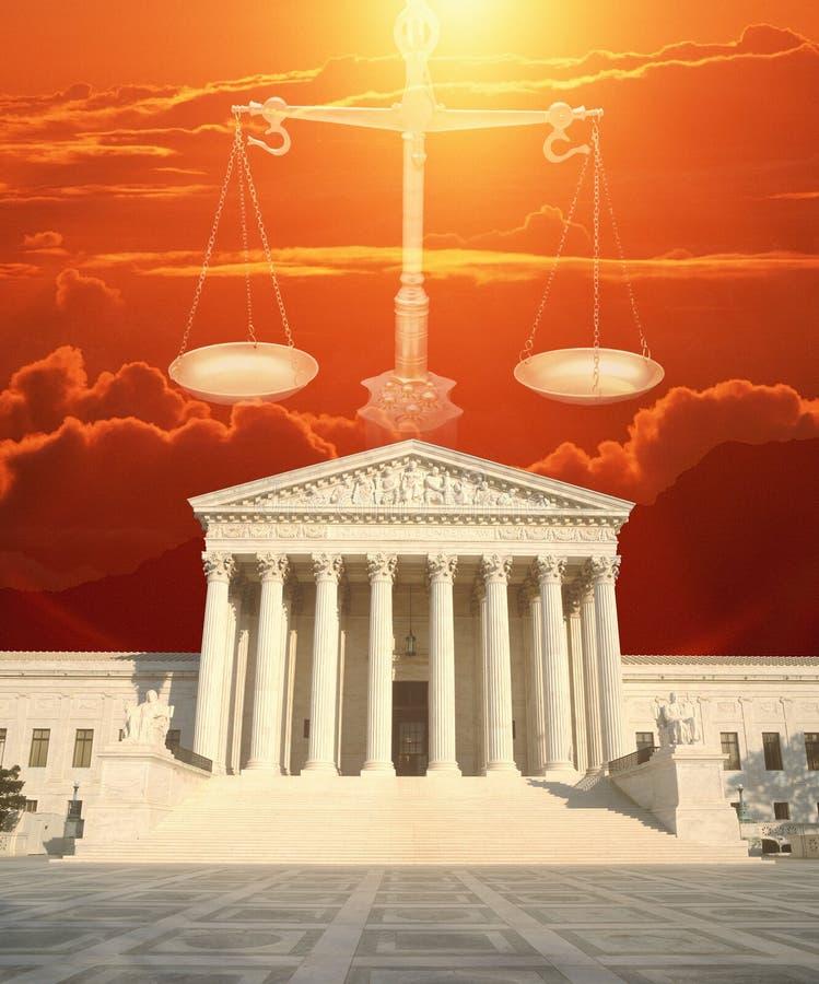 Imagen compuesta del U S Tribunal Supremo, escalas de la justicia y cielo rojo fotos de archivo