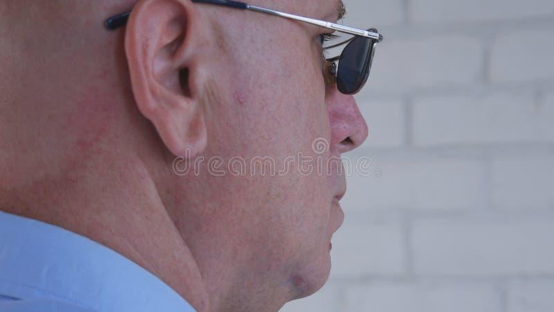 Imagen con el hombre de negocios confiado Wearing Sunglasses imagenes de archivo