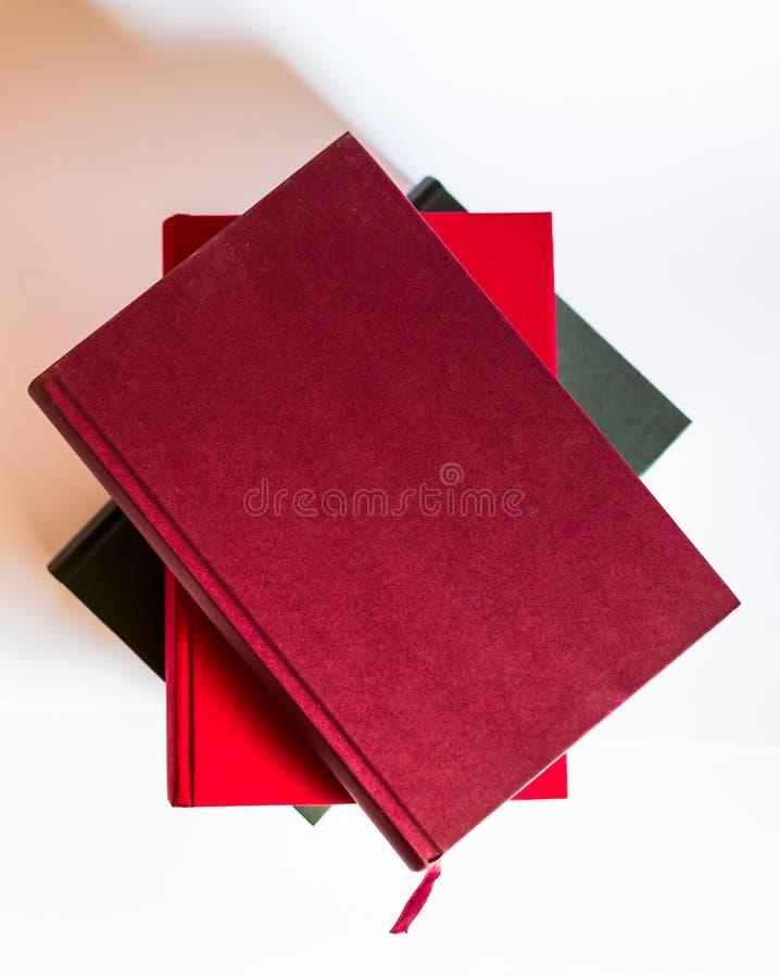 Imagen con los libros y los vidrios en el fondo blanco imagenes de archivo