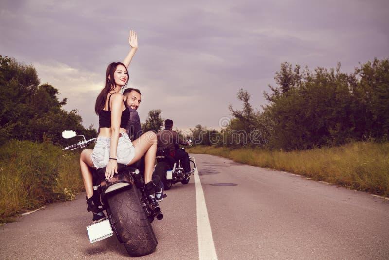 imagen con un par de motoristas jovenes hermosos imagen de archivo libre de regalías