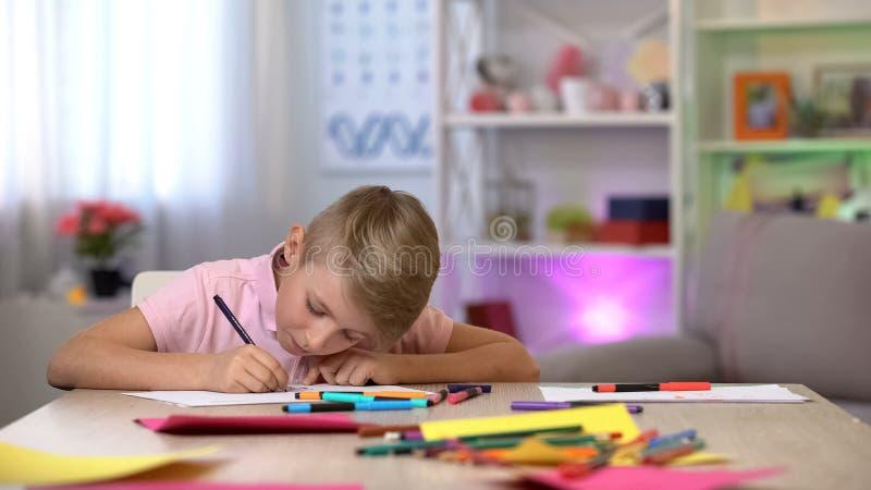 Imagen concentrada del dibujo del muchacho, pasando tiempo libre, lección de la escuela de arte, afición imágenes de archivo libres de regalías