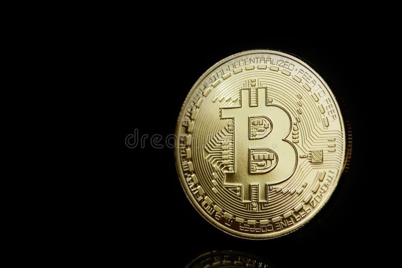 Imagen conceptual de diverso cryptocurrency con los bitcoins en la tabla oscura, primer, foco selectivo foto de archivo
