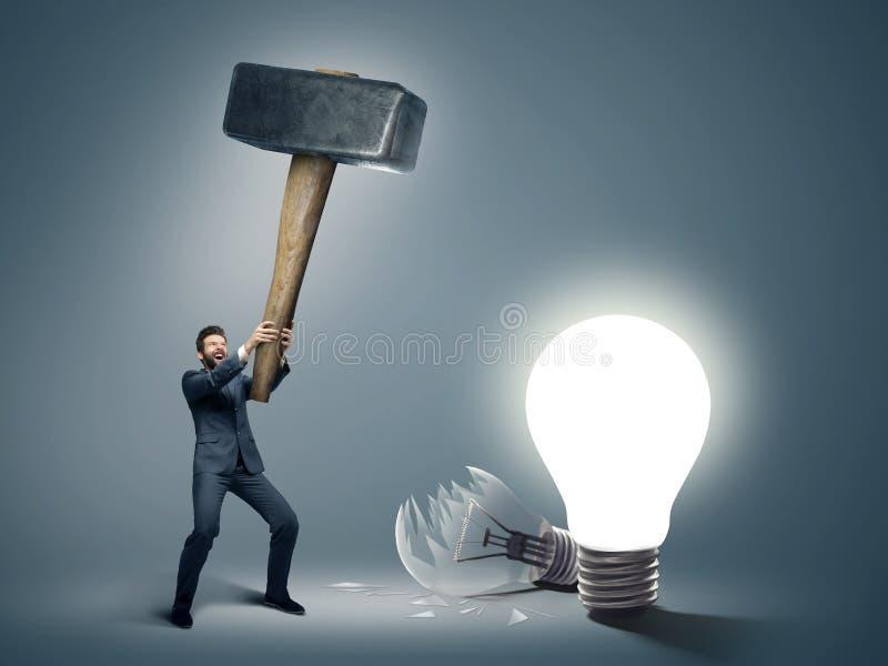 Imagen conceptual de un hombre de negocios que sostiene el martillo grande imagen de archivo