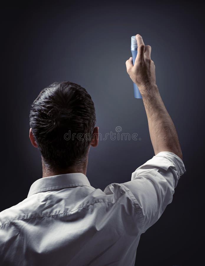 Imagen conceptual de un hombre que señala el espray en una pared imagenes de archivo