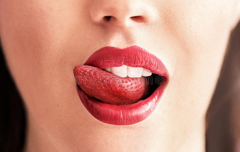 Imagen conceptual de una lengua de la fresa fotografía de archivo
