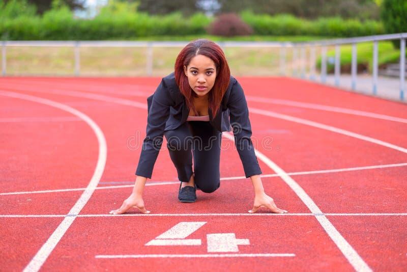 Imagen conceptual de una mujer en un circuito de carreras fotografía de archivo