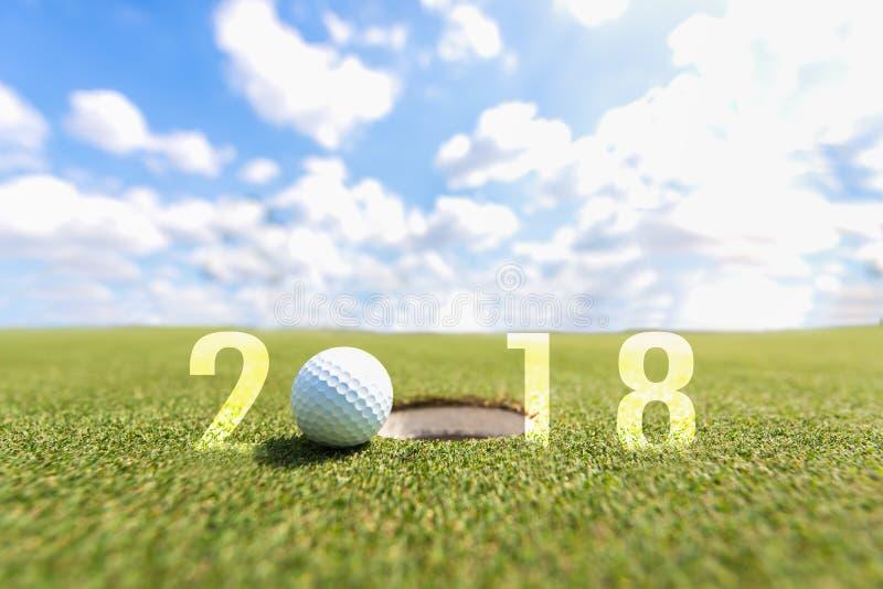 Imagen conceptual del deporte del golf Feliz Año Nuevo 2018 Pelota de golf en el espacio abierto verde foto de archivo libre de regalías