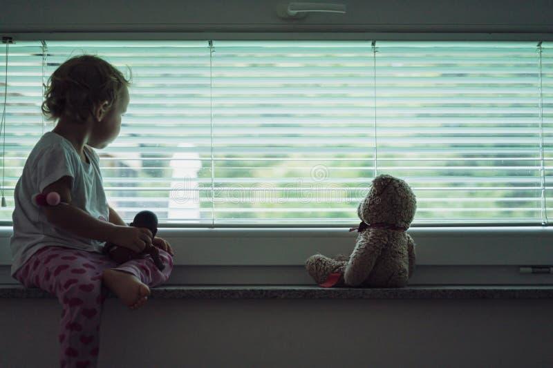 Imagen conceptual del maltrato y abandono de niños fotos de archivo