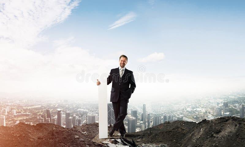 Imagen conceptual del negocio del hombre de negocios en ruinas fotografía de archivo