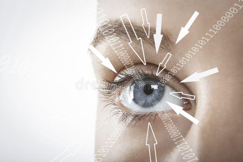 Imagen cosechada de la empresaria con los dígitos binarios y las muestras de la flecha que se mueven hacia su ojo contra el fondo fotografía de archivo