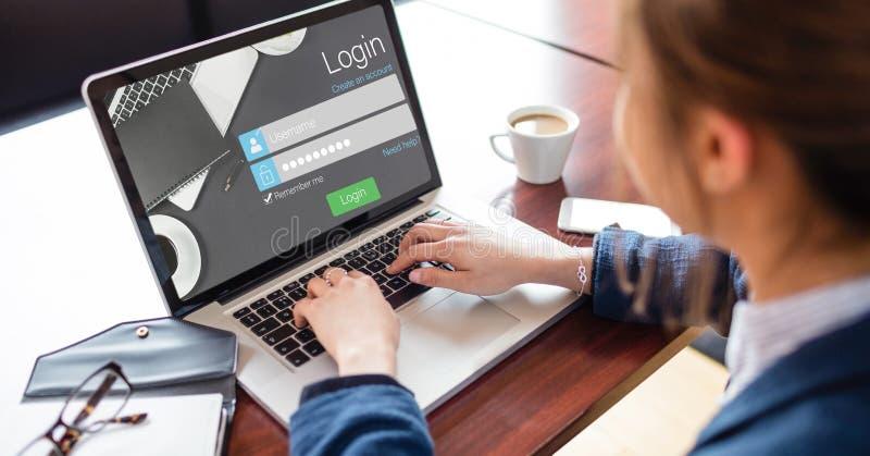 Imagen cosechada de la mujer que usa la página de inicio de sesión del sitio en el ordenador portátil imagenes de archivo