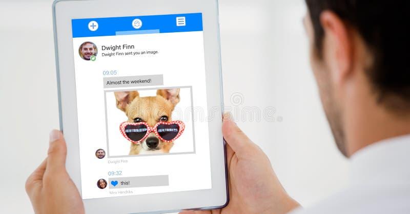 Imagen cosechada de la persona que usa la tableta digital para el envío de mensajes de texto contra el fondo blanco fotos de archivo