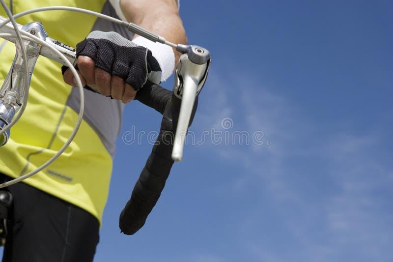 Imagen cosechada de una bicicleta del montar a caballo del hombre mayor fotografía de archivo