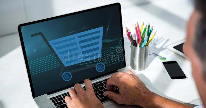 Imagen cosechada del hombre que usa el ordenador portátil con el icono del carro de la compra en la pantalla stock de ilustración