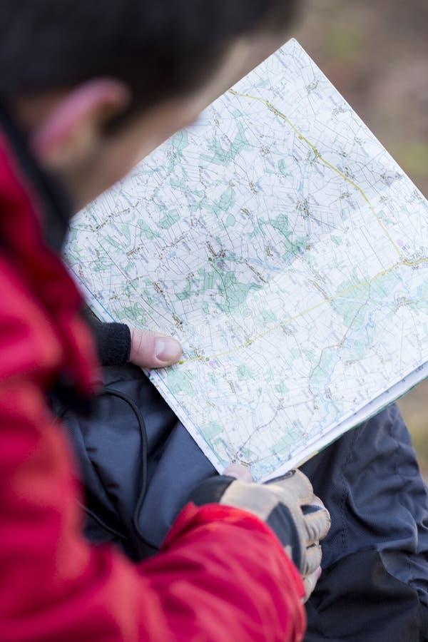 Imagen cosechada del mapa masculino de la lectura del caminante imagen de archivo