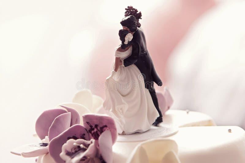Imagen cosechada del primer de un pastel de bodas imágenes de archivo libres de regalías