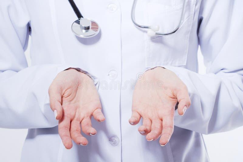 Imagen cosechada macro de las palmas de la enfermera Mujer joven del médico que muestra el espacio de la copia para el producto o imagen de archivo libre de regalías