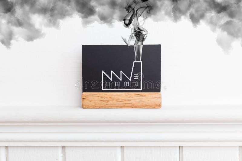 Imagen creativa de una pared con humo emetting de la fábrica Concepto de la fábrica que fuma Estilo plano fotos de archivo