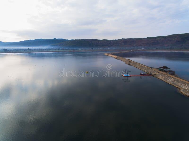 Imagen de Ariel de un lago con el camino imagen de archivo