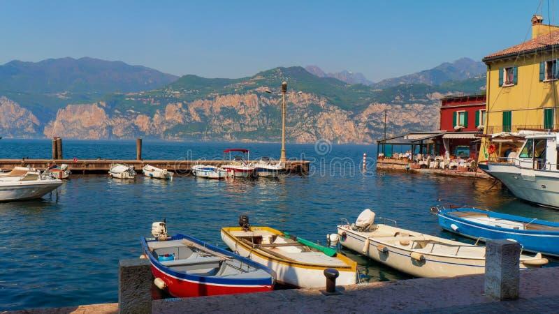 Imagen de barcos en el lago Garda en Malcesine imagenes de archivo