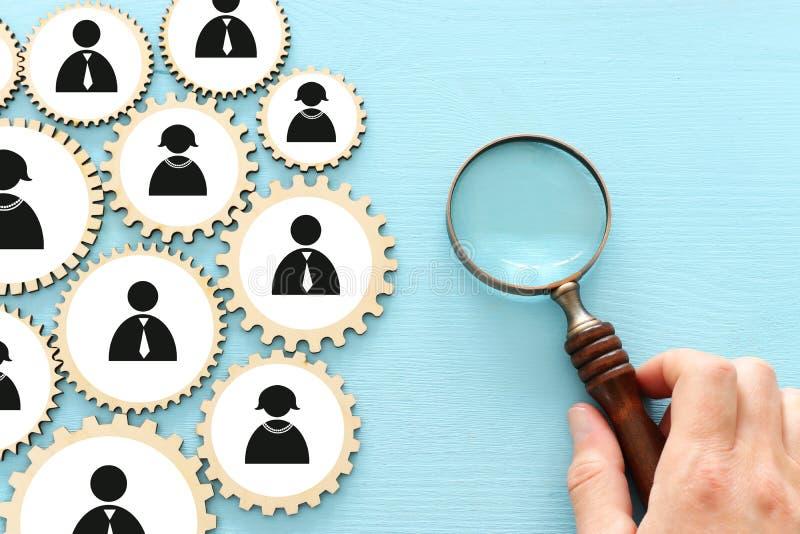 Imagen de bloques de puzzle de ruedas de cog con iconos de personas sobre mesa de madera, recursos humanos y concepto de gestión foto de archivo