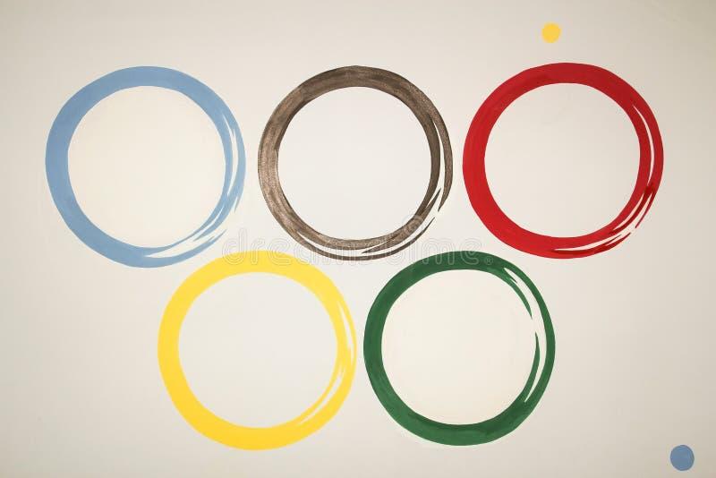 Imagen de círculos olímpicos multicolores en un fondo gris imagenes de archivo