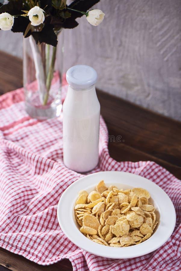 Imagen de Cereales o de copos de maíz con el espacio para su texto imagen de archivo