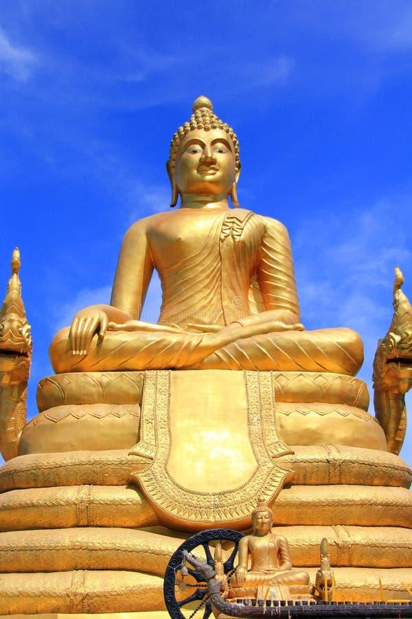 Imagen de cobre amarillo grande de Buddha en Phuket fotografía de archivo libre de regalías