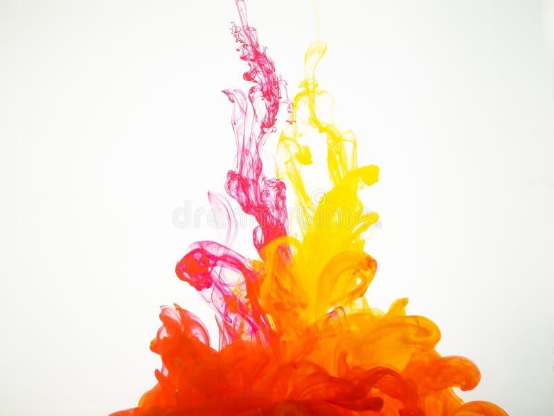 Imagen de dos gotitas de tinta que se mezclan debajo del agua Colores caídos en líquido y fotografiados mientras que en el movimi foto de archivo libre de regalías