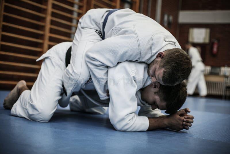 Imagen de dos hombres jovenes que entrenan a judo fotografía de archivo libre de regalías