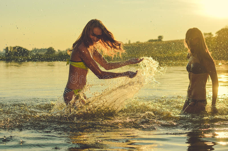 Imagen de dos mejores amigos hermosos de las muchachas que tienen imagen de archivo libre de regalías